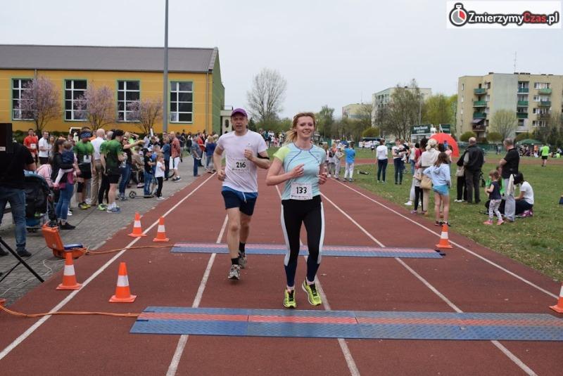 biegająca kobieta na bieżni
