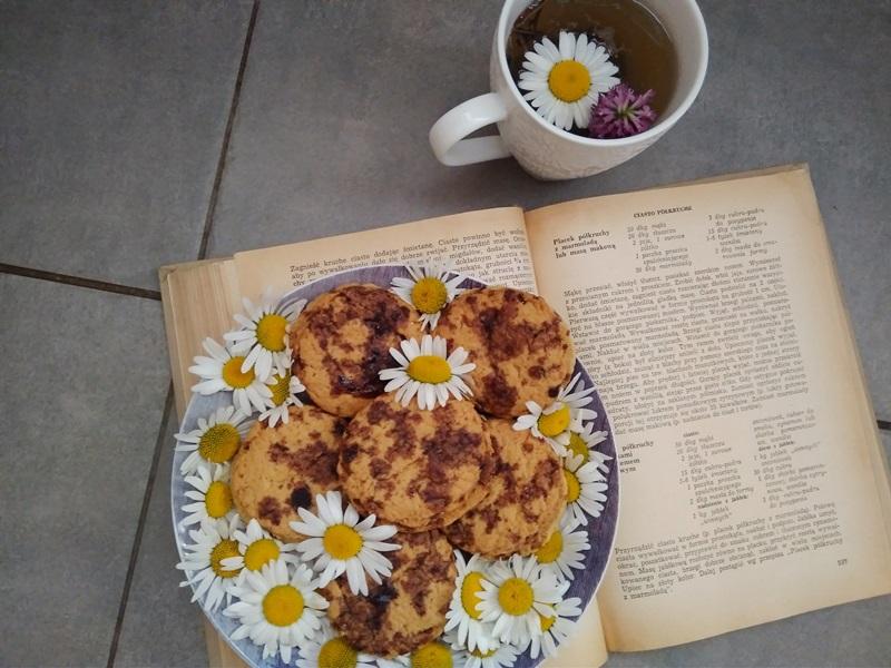 Półkruche ciasteczka z rumiankiem i płatkami róż