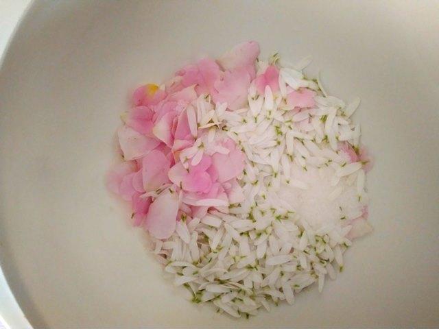 płatki róży z płatkami rumianku i cukrem w misce