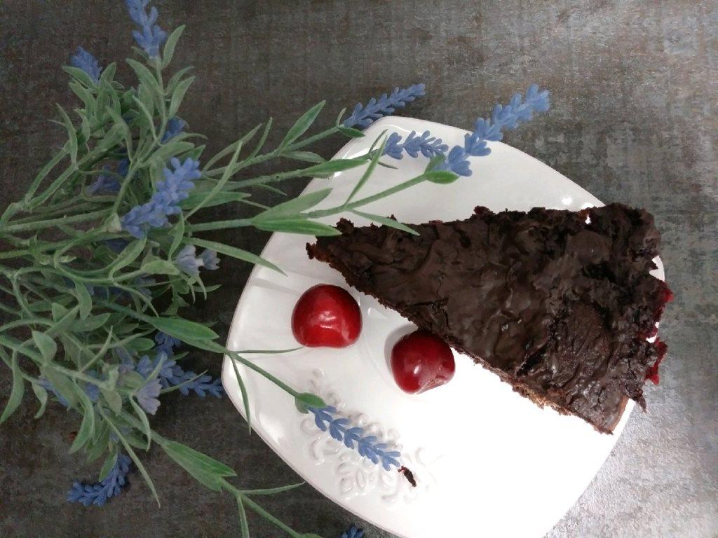Wiśniowe ciasto fasolowe z gorzką czekoladą i daktylami