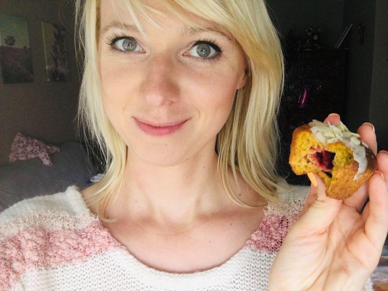 blondynka z babeczką dyniową w ręku w swetrze