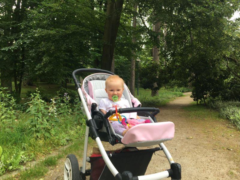 niemowlak w wózku w parku